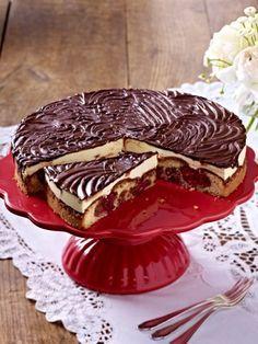 Die Kombination aus Schokolade, Frucht und Creme macht den Schneewittchenkuchen zu einem der schönsten Kuchen Rezepte im ganzen Land.