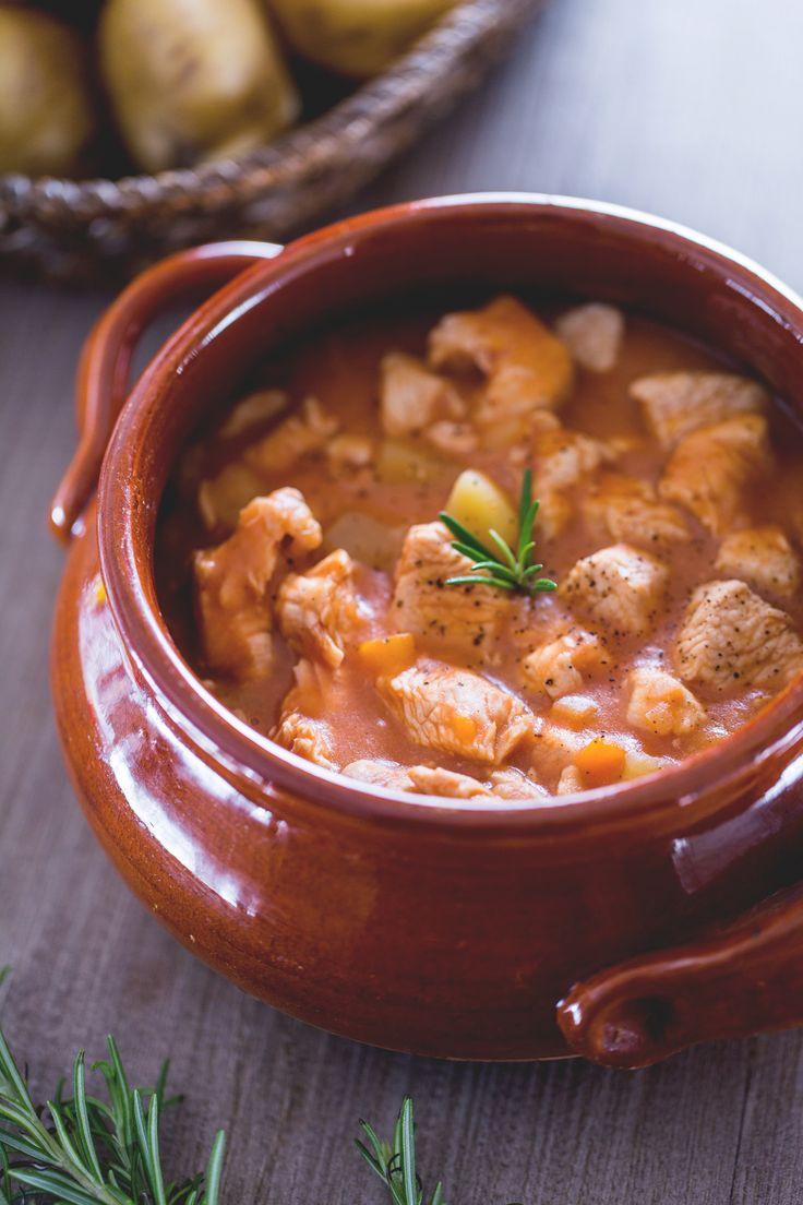 Pochi ingredienti e un po' di pazienza per portare in tavola un secondo leggero e gustoso: #spezzatino di #tacchino. ( #turkey #stew ) #Giallozafferano #recipe #ricetta