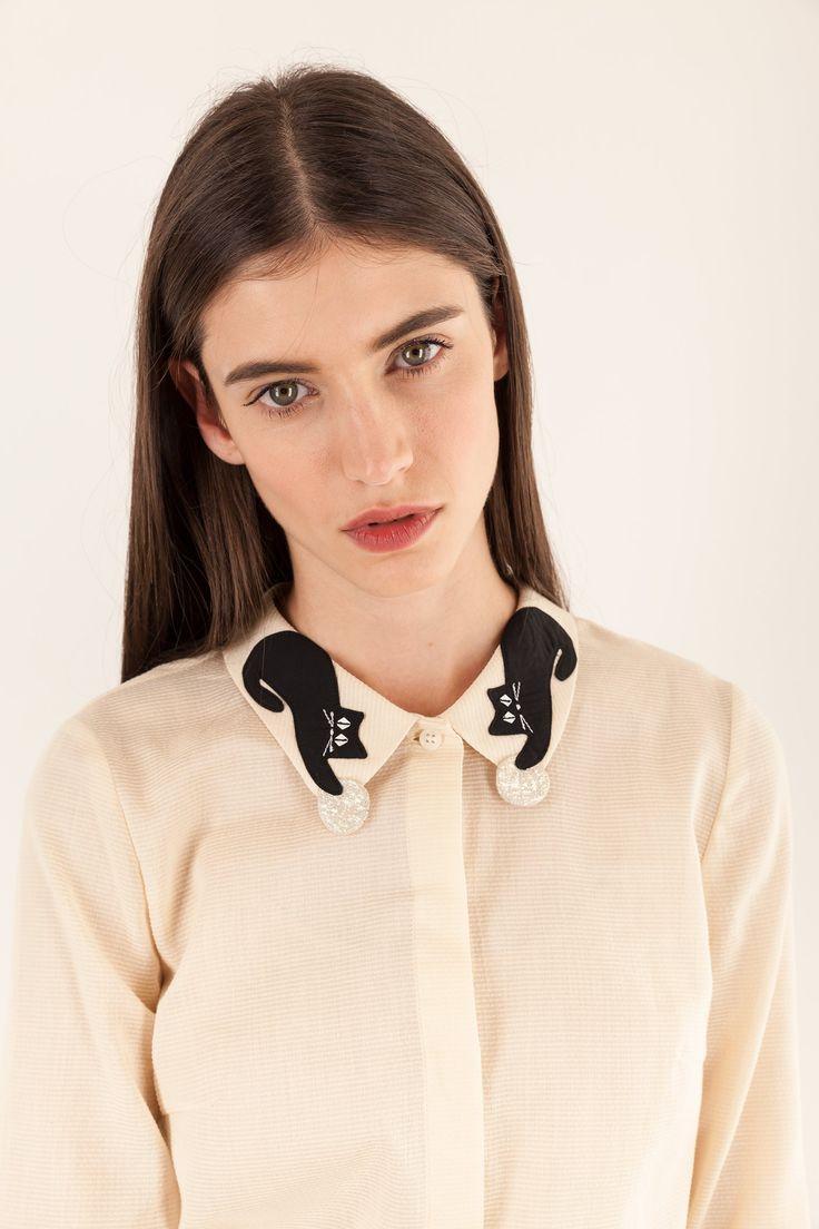 Il gatto dallo spazio, nero come il nostro Mr. Luigi, è diventato anche il prezioso colletto di questa camicia. In cotone azzurro. La firma di Lazzari per il vostro look d'autunno e d'inverno. Composizione azzurro: 100% cotone - lavare a mano in acqua fredda, senza ammollo, prestare attenzione nello stiro. Lunghezza: 58 cm. La modella indossa la taglia 40/XS. Fatto con cura in Italia.