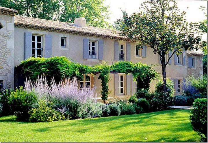 Casa in Provenza con persiane azzurre.