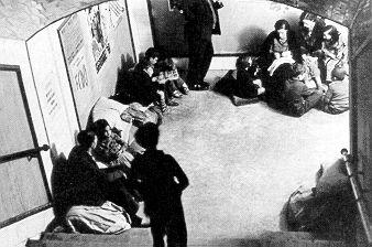 """Guerra Civil Española (1936-1939)  Metro de Vallecas (Madrid)  """"Me acuerdo que en el patio de mi casa, situada en el Puente de Vallecas, había un refugio y cuando sonaba la sirena todos los vecinos nos metíamos dentro o corríamos a dormir en el metro con colchones en el suelo"""" (Manoli)"""