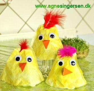 Kyllingerne er jeg utrolig glad for at være ophavskvinde til, de er hurtige og meget enke at lave. Klik ind på bloggen, hvor vejledningen er: http://agnesingersen.dk/blog/filterkylling - easy kids crafts Easter - Kinderbastelideen Ostern - coffie filter crafts