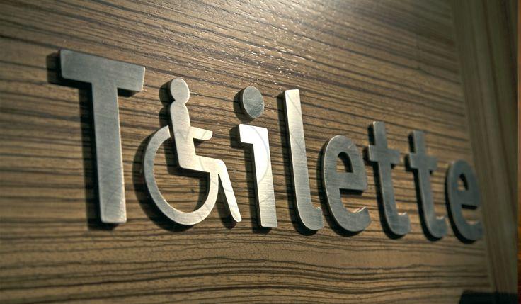 Scritta con simbolo toilette