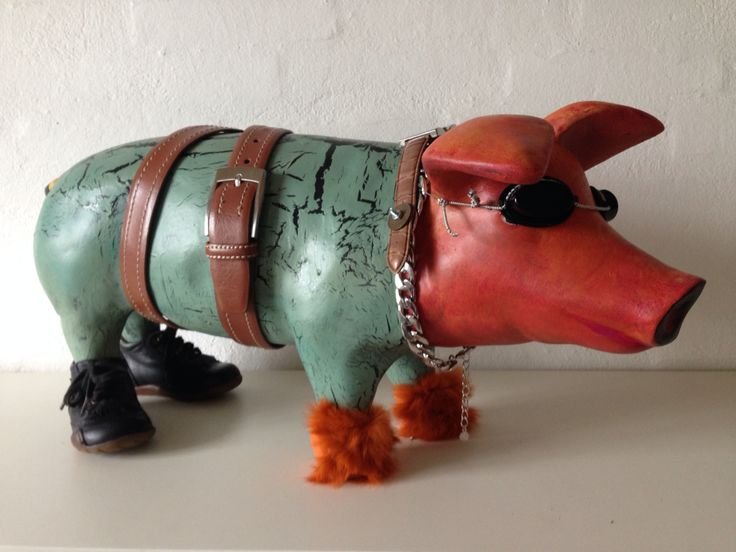 Pig Art made by artist Kathrine van Godt. A pig with shoes and funny accessories
