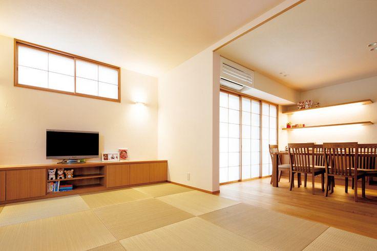洋畳を敷いたリビングと床暖房対応挽板フローリングを敷いたダイニング。続き間として開放的な空間。