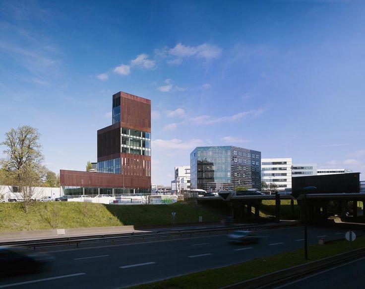 La torre Euravenir, progettata da LAN. E' un nuovo spazio urbano che combina pubblico e privato, verticale ed orizzontale, nel nuovo quartierle Euralille di Lilla, Francia