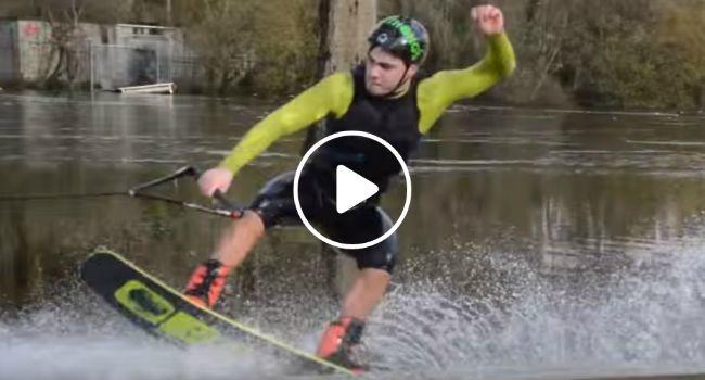 Homem Usa Rua Inundada Para Praticar o Seu Desporto Aquático Favorito