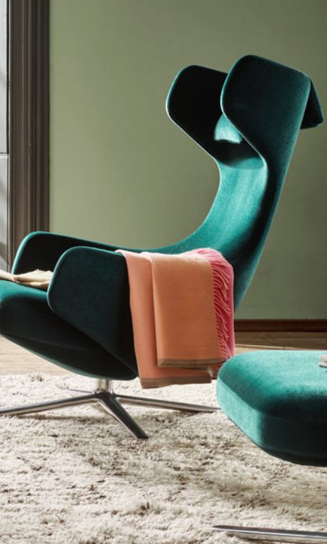 For Christmas 2016, Vitra has introduced a limited edition Grand Repos lounge chair upholstered in the new Nobile fabric. This extremely soft velour gives Grand Repos a classic aura, recalling the sophistication of grand hotel lobbies and traditional clubs in Paris, London or Vienna.