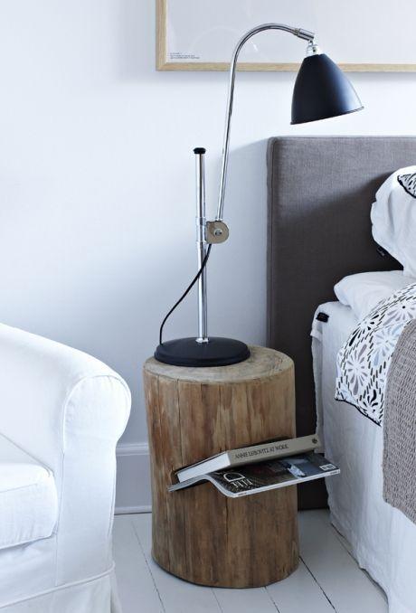 Cleverer Baumstumpf-Nachttisch mit einem Steckplatz für Magazine. Etwas, um etwas Natur in Ihr skandinavisches Schlafzimmer oder Wohnzimmer zu bringen
