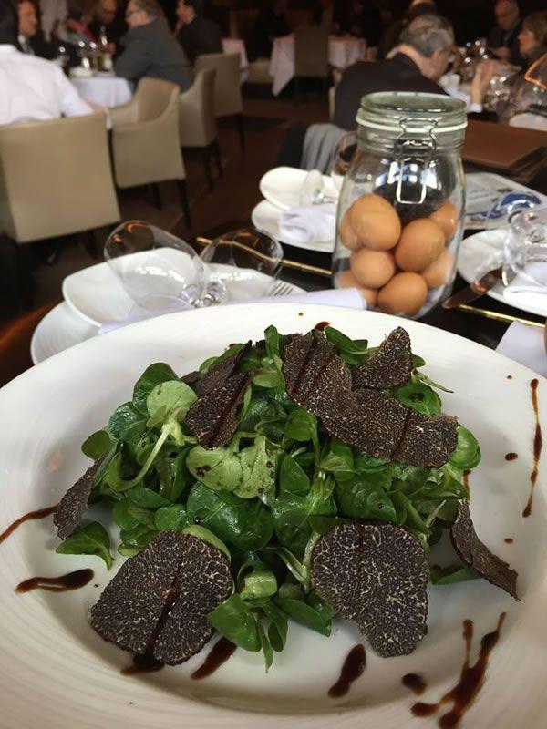 Salade de mâche et truffe. Un régal ! #truffe #chezfrancoise #restaurant #paris #entree