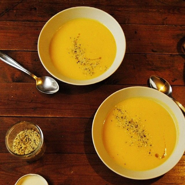 It's cold outside, so stay warm and cosy with a creamy hot soup like this golden root veggie soup. Features ginger, parsnips, turnips and butternut squash. Het recept staat nu op mijn blog → link in bio. #vegan #glutenfree #glutenfreevegan #soup #butternut #squash #ginger #winter #seasonal #vegetables #healthy #healthyeating #cleaneating #wholefoods #eatclean #plantbased #f52grams #instafood #feedfeed #sugarfree #nosugar #gezond #gezondelunch #glutenvrij #gezondeten #soep #veganistisch…
