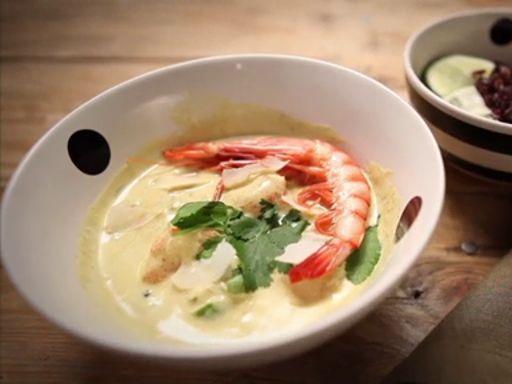 La zuppa di gamberi al latte di cocco e curry