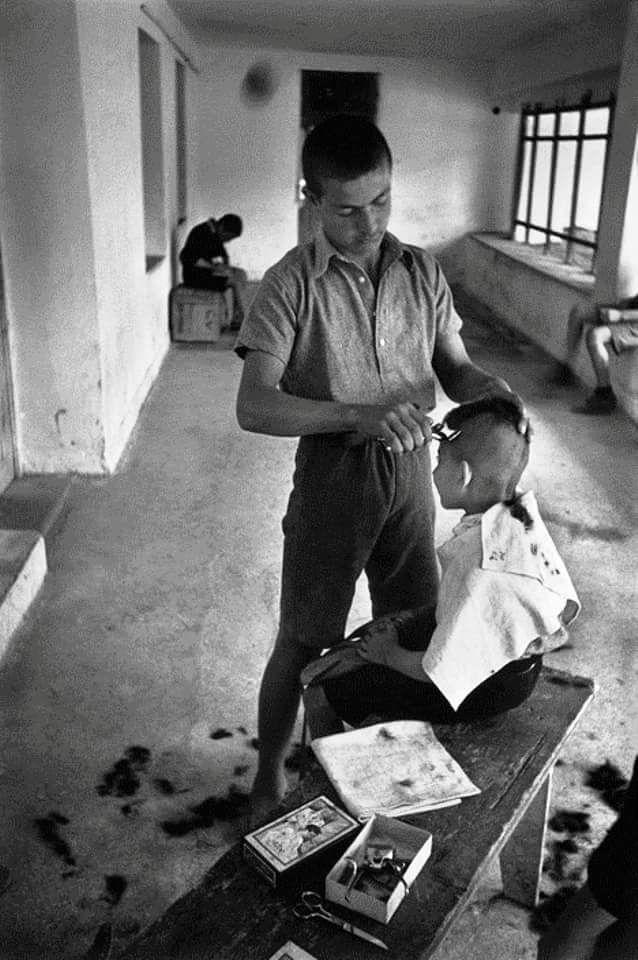 DAVID SEYMOUR 1948 ΝΕΑΡΟΣ ΚΟΥΡΕΑΣ  ΣΕ ΚΑΤΑΣΚΗΝΩΣΗ , ΚΟΥΡΕΥΕΙ MIKPO ΚΑΤΑΣΚΗΝΩΤΗ