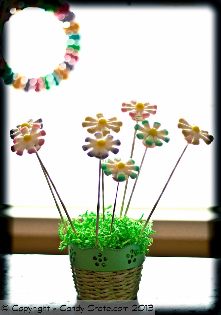 bloemen van topjes van watten tips. de topjes in verf/ecoline dopen op een prikker vast maken.