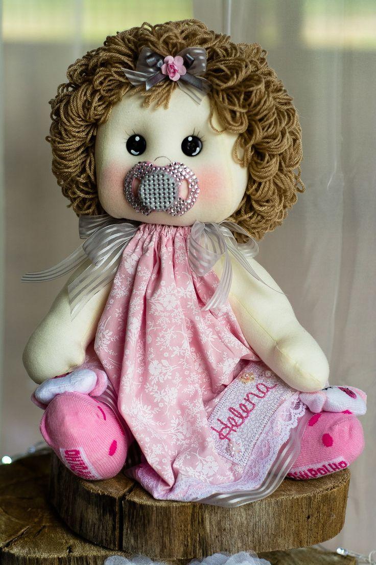 Boneca bebê, confeccionada em malha e tecidos 100% algodão. Enchimento em fibra siliconada e cabelos em lã    Mede 50 centímetros. Nome bordado a sua escolha.