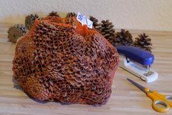 Netz mit Kiefernzapfen als Insektenhotel