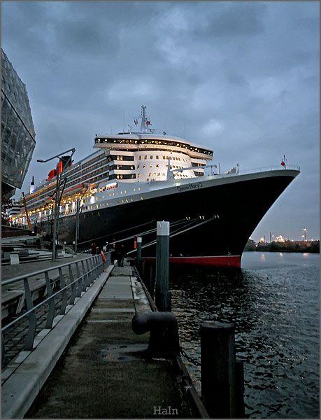 Queen Mary 2 am Kreuzfahrtterminal in der Hamburg Hafencity