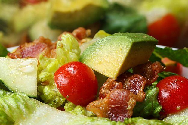 Aprenda a fazer a salada de abacate com bacon: | Uma salada perfeita pra dar aquela escapadinha da dieta