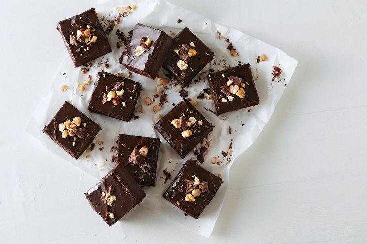 Oppskrift på mørk langpannesjokoladekake med Kefir pyntet med grovhakket sjokolade og hasselnøtter. Kefir gjør underverker i sjokoladekake – og saftig er stikkordet her.
