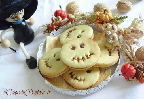 La ricetta dei biscotti di Halloween senza formine è una ricetta pensata per tutti quelli che non hanno delle formine per biscotti di Halloween ma che