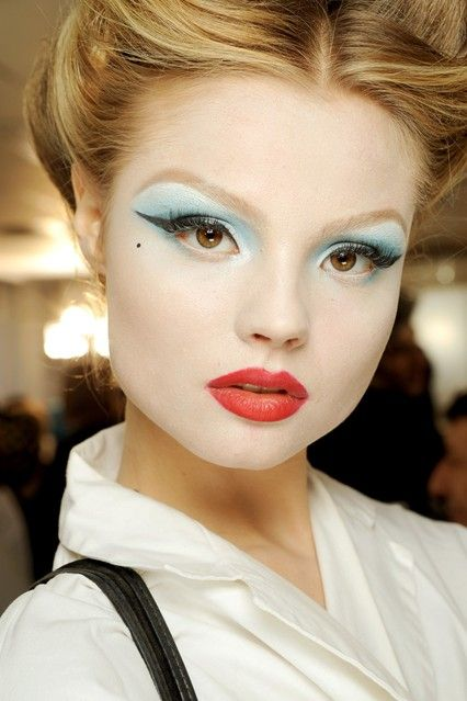 I really like the contrast between the eye shadow and lip color!  Pat McGrath Best Catwalk Make-Up