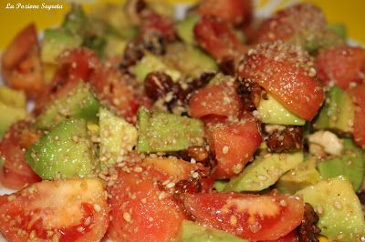 La Pozione Segreta: Insalata di pomodoro, avocado, noci e gomasio  http://lapozionesegreta.blogspot.com/2015/11/insalata-di-pomodoro-avocado-noci-e.html
