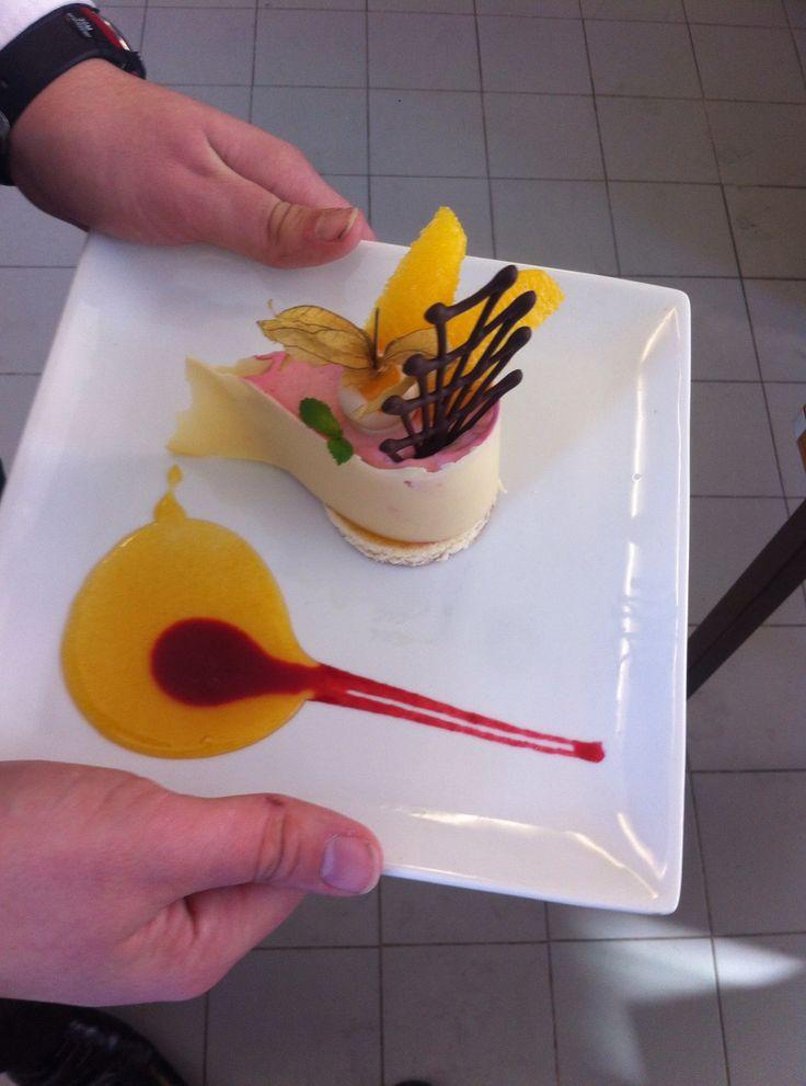 entremet au chocolat blanc au coeur mousse framboise, suprême d'orange et coulis passion-framboise - Lycée Paul Augier, Nice