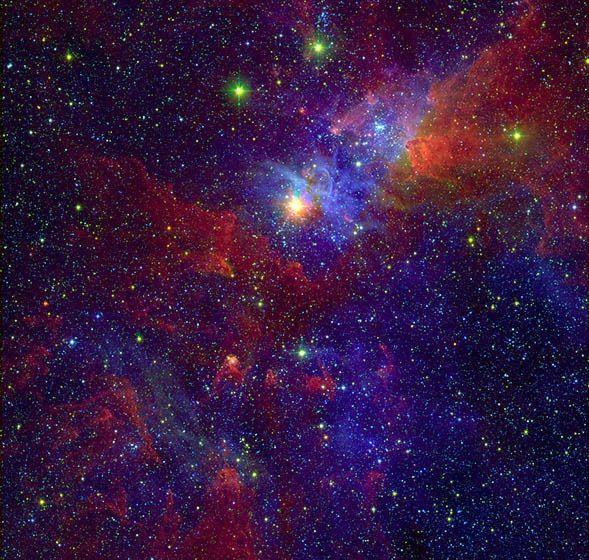 È una delle stelle più appariscenti della nostra galassia, circa 100 volte più massiva del Sole e almeno un milione di volte più luminosa è Eta Carinae, la stella ipergigante blu ben visibile nella parte centrale alta della foto