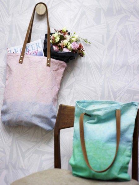 Jute-Beutel und Dip-Dye liegen total im Trend. Kombinieren Sie doch einfach beides und fertig sind diese coolen Einkaufstaschen! So einfach geht es.