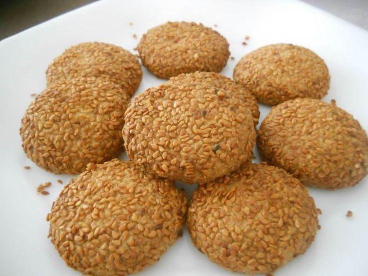 Susamlı Tatlı Kurabiye - Zehra Şener #yemekmutfak Susamlı kurabiye çok lezzetli ve pratik bir kurabiyedir. Tek sakıncası bol kalorili olmasıdır. İsterseniz bu kurabiyeyi tuzlu da yapabilirsiniz.
