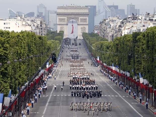 Soldados marcham por avenida Champs-Elysees durante comemoração do Dia da Bastilha nesta segunda (14) em Paris (Foto: AP Photo/Thomas Samson, Pool)