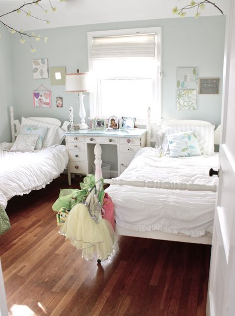 I love this kids room. for two little girls!! soo cute!!!! i love the branches