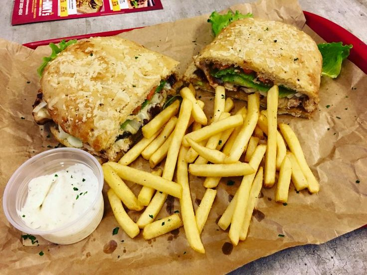 Johnny´s sandwich. Um sanduíche feito com peito de frango grelhado ou costela de porco desfiada + cebola caramelizada e queijo prato derretidinho.  O de frango bacon e uma saladinha deliciosa.