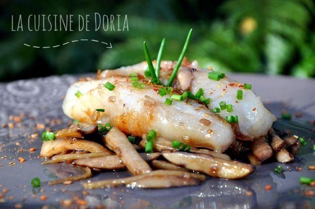 Un poisson bien délicieux en bouche... Ingrédients pour 4 personnes 600 gr de queue de lotte 300 gr de champignons de Paris bruns 20 gr de gingembre coupé en fine julienne 2 cives coupées en fine julienne 3 cs d'huile d'olive extra vierge 1 gousse d'ail...