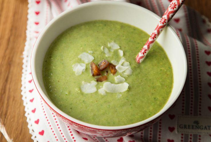Diese aphrodisierende Suppe mit Wirz, Spinat, getrockneten Aprikosen und Kokosflocken erwärmt nicht nur euer Herz. Wir wünschen euch «bon appétit» und genussvolle Stunden zu zweit.