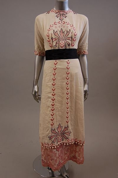 A simple linen summer dress with beautiful hand embroidery, 1912. Would really like to see the details; from Tumblr with no information as to source. Kind of Arts style.
