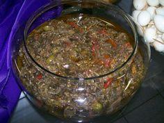 3 unidades de berinjelas  - 4 unidades de cebola em rodelas finas  - 1 molho de cheiro-verde picadinho  - 2 unidades de louro em folha  - 2 pacotes de tempero para saladas  - 1 xícara de vinagre de vinho  - 2 xícaras de azeite  - 5 unidades de alho amassado  - 3 unidades de pimentão verde/vermelho/amarelo fatiados  - 300 g de azeitonas fatiadas  -
