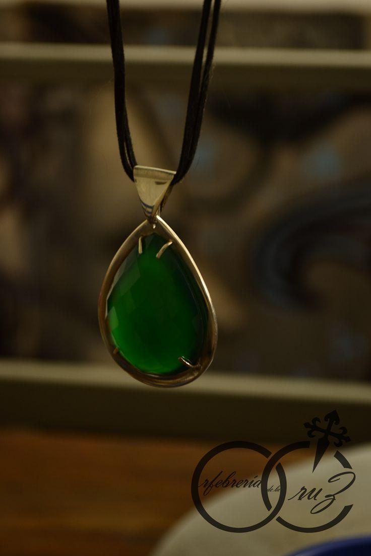 Colgante en plata 950 con onix verde facetado 6 cm. Hecho a mano por Orfebrería de la Cruz. 2016.