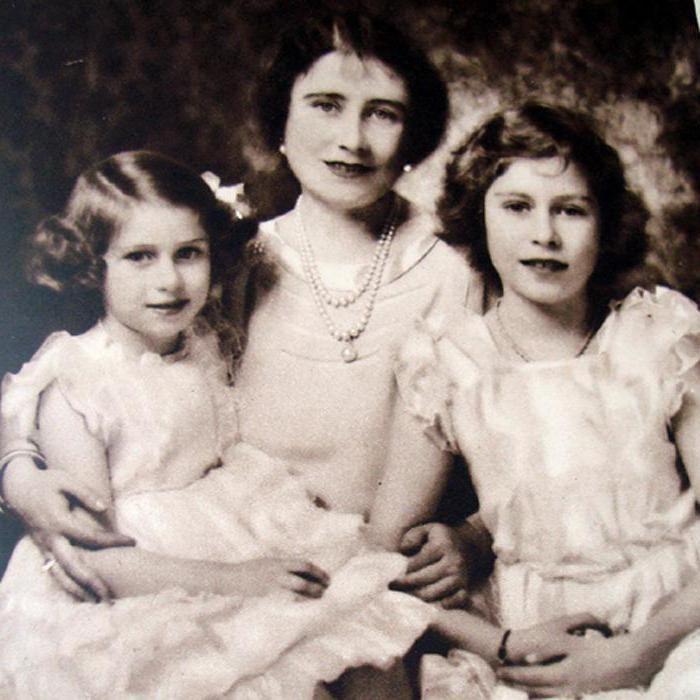 Елизавета ,  жена  короля  Георга  VI,  с  дочерьми  -  Маргарет  и  Елизаветой.