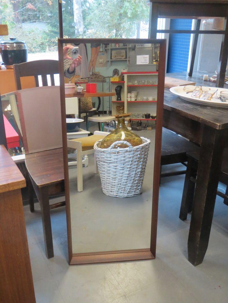 Hyväkuntoinen 60-luvun iso peili, ulkonevat kehykset, tukevat kiinnityskoukut. Yksi pieni peilissä näkyy.  Korkeus 103 cm, leveys 42 cm.   60 euroa.