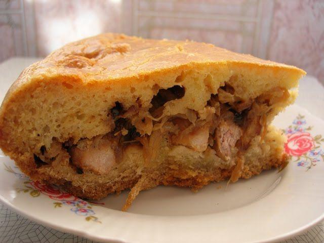"""МЯСНОЙ ПИРОГ """"БОЙКИЙ СТАРИК""""  Очень давно нашла рецепт этого пирога с таким необычным названием """"Бойкий старик"""". Скажу сразу, почему он носит такое название """"Бойкий старик"""" не знаю) Этот пирог любим мужчинами моей семьи и ни один праздник у нас не обходится без него! Необычность этого мясного пирога в том, что при его приготовлении используется два вида теста и мясо используется не в виде фарша, а кусочками."""
