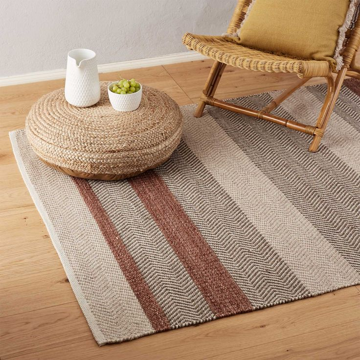 Mit unserem verspielten Teppich Alto setzen Sie einen stilvollen Akzent im Wohn-, Ess- oder Schlafzimmer. Das aufwendige Design besteht aus einer schlichten Twillbindung, alternierend mit einem dynamischen Chevron-Muster. Kombinieren Sie ihn entweder mit anderen farbenfrohen und musterfreudigen Accessoires und erzeugen Sie so Ethno-Flair. Oder setzen Sie mit dem Teppich ein Highlight in einem dezent dekorierten Interior und machen ihn so zum Star Ihres Zuhauses.  Kombinieren Sie den Teppich…