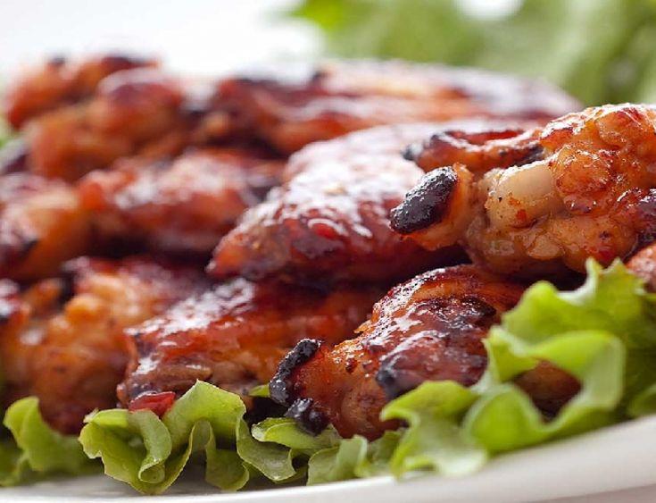Pikantní medové kuřecí paličky a křidýlka s chilli