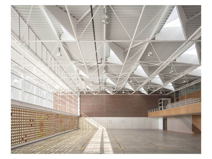 Klare Form und enges Raster – Sporthalle in Valencia von Gradoli & Sanz