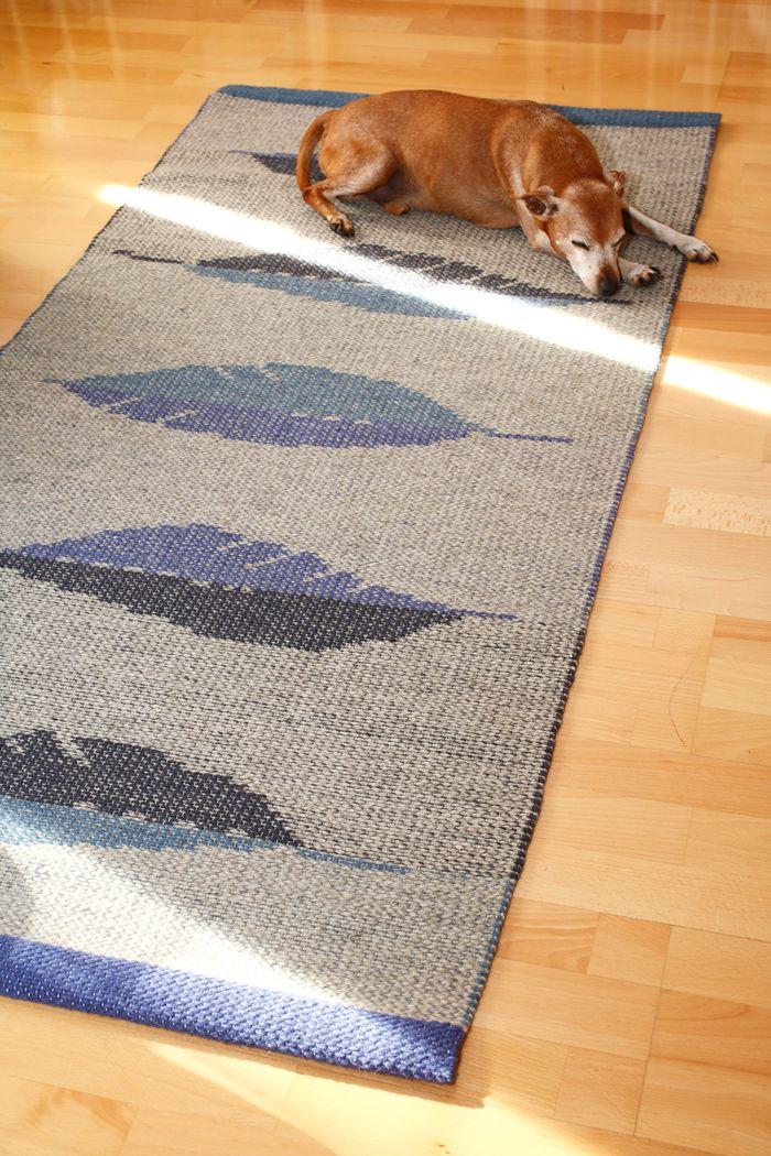 Collingwood poimintatekniikalla kudottu karvalankamatto on kaunis ja mukava - Topi-koirankin mielestä. Höyhenet-maton ohje ja Collingwood tekniikan ohjeet Mallikerta-lehdessä nro 1/2015 joka ilmestyy 2.2.2015.