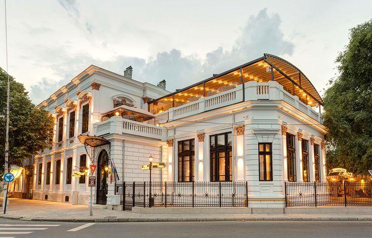 O terasa minunata, ce apartine restaurantului Carol, din Braila, cu pergolele retractabile de la Pergola Lux. Plina de eleganta si confort