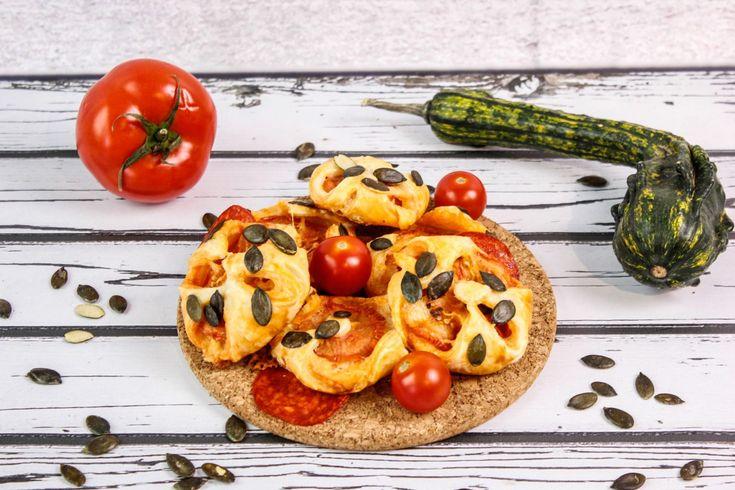 Mini kieszonki z ciasta francuskiego nadziewane serem żółtym, peperoni i świeżym pomidorem. Całość posypana chrupiącymi pestkami dyni.