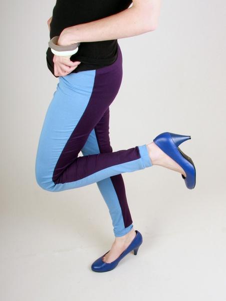 Die zwei farbigen Leggins sind ein besonderer Hingucker für jeden kühleren Sommertag und peppen dein Outfit auf! Vorn Taubenblau und hinten lila! ...