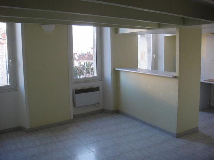 Location Appartement Duplex T2 41m² Camas Marseille 13005 Situé dans le quartier du Camas, Type 2 en duplex de 41m² environ au 3ème et dernier étage sans ascenseur. Appartement au calme, coté jardin, composé d'une pièce principale avec cuisine américaine, à l'étage une chambre avec une salle de bains attenante et un WC séparé. Double vitrage, chauffage individuel électrique. Proche de toutes commodités.