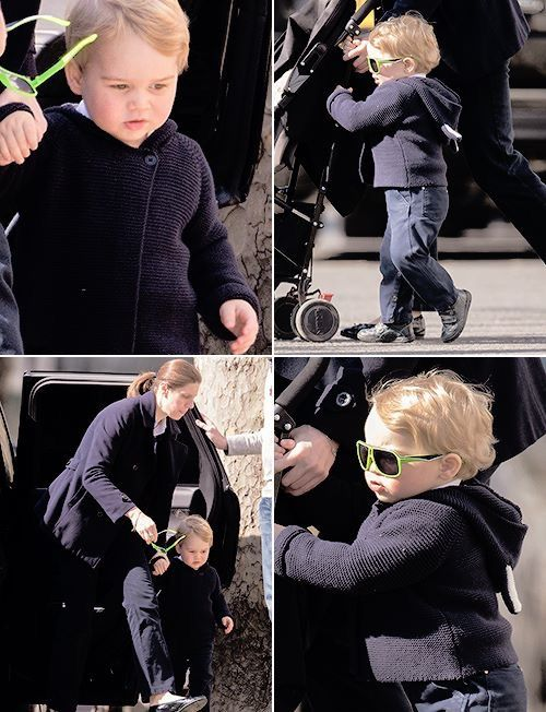 El pequeño príncipe George de Inglaterra con unas coloridas gafas de sol verdes.